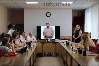Міський голова Олександр Кодола вручив 15 учасникам сертифікати, які пройшли навчання в рамках проекту соціальної дії «Школа молодого політика».